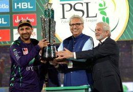 APP96-17 KARACHI: March 17 – President of Pakistan Dr. Arif Alvi giving away winning trophy to captain of Quetta Gladiators Sarfraz Ahmad during prize distribution ceremony of Pakistan Super League (PSL) 2019 at the National Cricket Stadium. APP photo by Abbas Mehdi